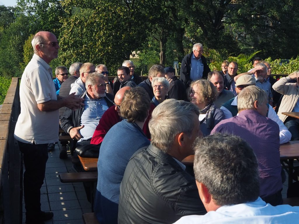 Dr. Manfred Lindicke erläutert den Weinbau am Werderaner Wachtelberg